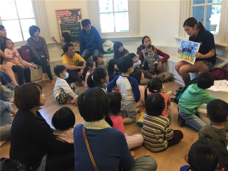 """01052019 American shelf storytelling, """"Pete the Cat I Love My White Shoes"""" by Rebecca"""