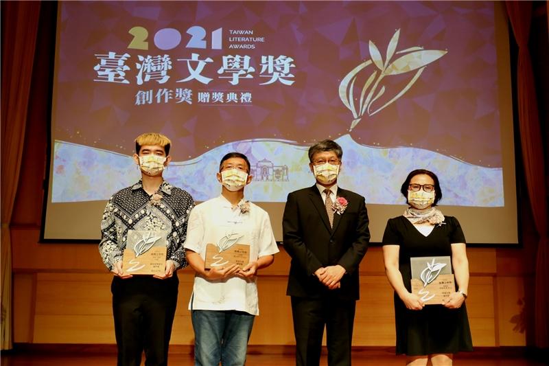 客語文學創作獎三位得主與蘇碩斌館長