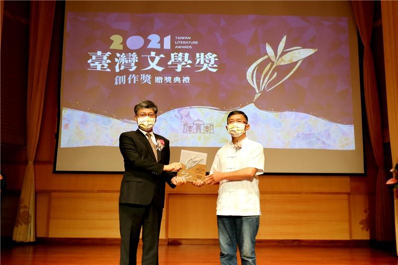 客語文學創作獎得主新詩得主王興寶與蘇碩斌館長