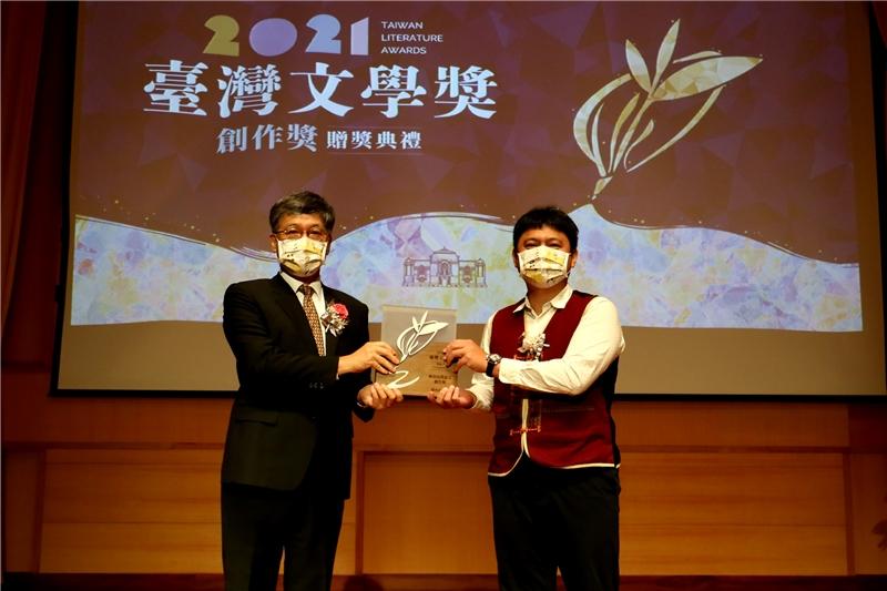 原住民華語文創作獎小說得主潘鎮宇與蘇碩斌館長