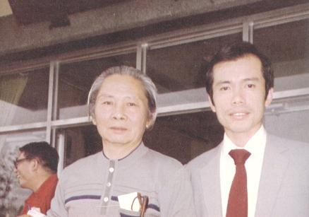 1985,吳濁流文學獎於「鍾理和紀念館」頒獎,與鄭炯明合影。