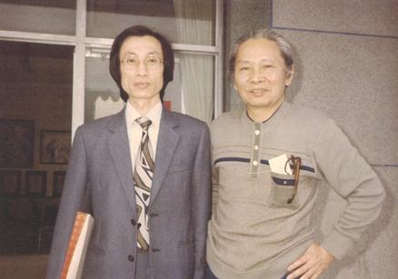 1985,「吳濁流文學獎」頒獎典禮與曾貴海合影。