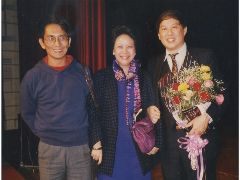 <p>◆ Shih adapts Pai Hsien-yung&rsquo;s &ldquo;Wandering in the Garden, Waking from a Dream&rdquo; and &ldquo;Li T&rsquo;ung: A Chinese Girl in New York&rdquo; into stage plays that open in Hong Kong.</p> <p>&nbsp;</p> <p>(note:Photograph taken with Lin Hwai-min (on her right) and Pai Hsien-yung (on her left) in Hong Kong)</p>