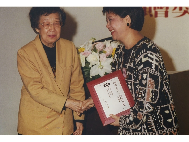 <p>◆ Kingstone Book Co., Ltd selects <em>Hong Kong Trilogy</em> as the most influential book in 1997. <br />◆ Art criticisms collection of <em>Notes on Dan Mei</em> published.</p> <p>&nbsp;</p> <p>(note:Photograph provided by Shih Shu-ching; Photograph of Professor Chi Pang-yuen presenting the Literati&rsquo;s Best Book Award to Shih Shu-ching)</p>