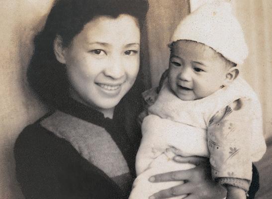 林海音抱著稚年的夏祖焯,1942年。