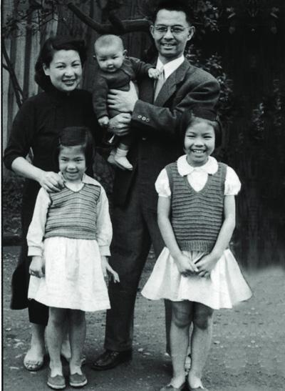 林海音及夏承楹與三個孩子。