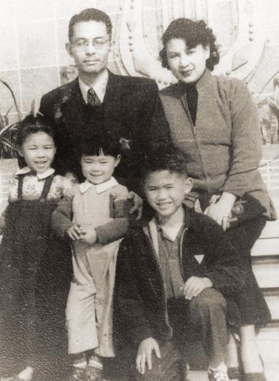 1949年,林海音、何凡與三個孩子。