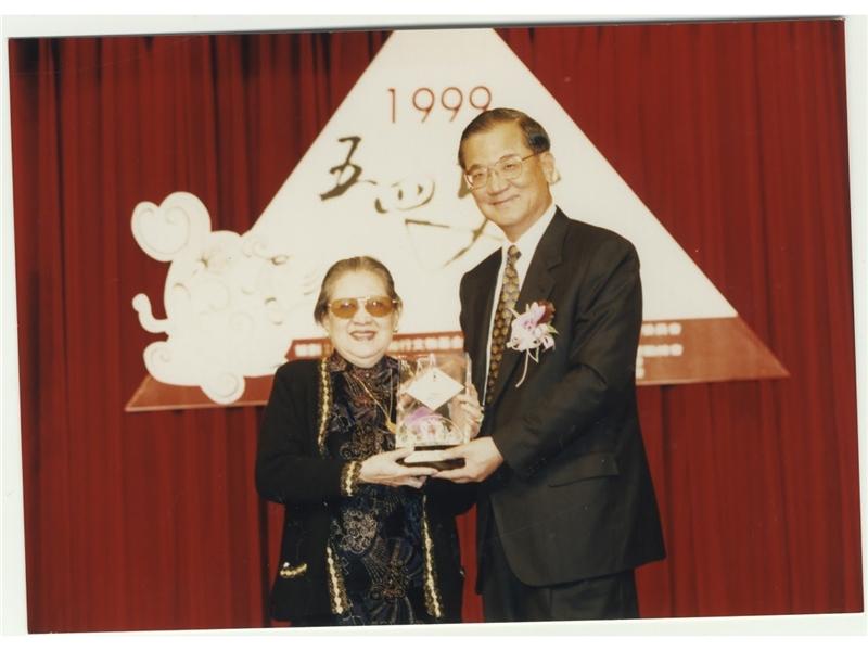 <p>獲頒第二屆五四獎「文學貢獻獎」。</p> <p>&nbsp;</p> <p>(註:照片由國立臺灣文學館提供)</p>