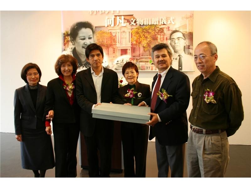 <p>&nbsp;</p> <p>(註:照片由國立臺灣文學館提供;左起:吳麗珠、龔明祺(夏祖焯妻子)、邱坤良、夏祖麗、夏祖焯、張至璋)</p>