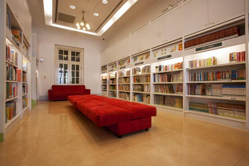 高效益紅沙發椅閱覽區