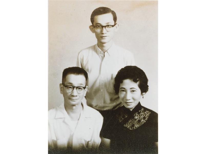 <p>發表第一篇小説〈守夜〉,此後陸續在《大學生活》、《文學雜誌》等期刊發表作品。</p> <p>&nbsp;</p> <p>(註:照片藏於國立臺灣大學圖書館;大學時期與父母)</p>