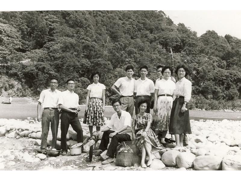 <p>6月大學畢業。 曾在南方澳服兵役四個月(1961.12~1962.04),之後調回台北服役。南方澳後為〈海濱聖母節〉與《背海的人》之小說場景。該處的水色山光,對個人影響甚鉅。</p> <p>&nbsp;</p> <p>(註:照片藏於國立臺灣大學圖書館;與《現代文學)同仁出遊,前排左起:鄭恆雄、楊美惠;後排左起:杜國清、王禎和、陳若曦、白先勇、王國祥、王文興、沈華、歐陽子)</p>