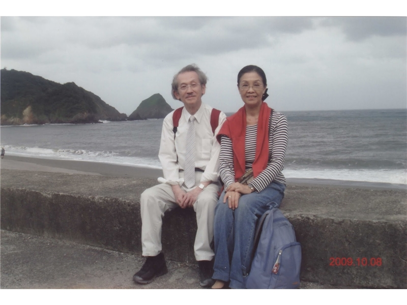 <p>◆與夫人陳竺筠教授同時自臺灣大學退休。 <br />◆開始撰寫第三部長篇小説。</p> <p>&nbsp;</p> <p>(註:照片由王文興提供;2009年,與妻在南方澳)</p>