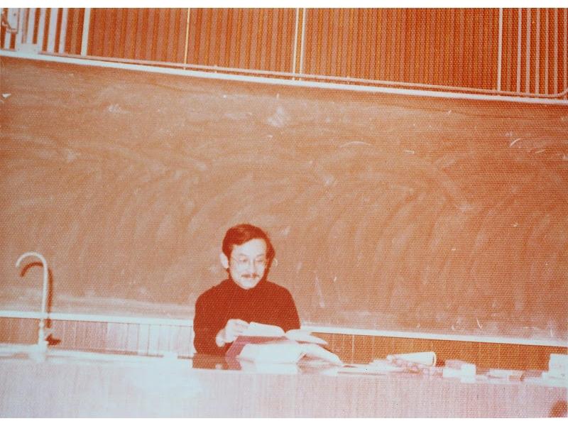 <p>◆升任教授,仍教授小說課程。 <br />◆完成《背海的人》上冊。 <br />◆《十五篇小說》由洪範書店出版。《十五篇小說》為《龍天樓》和《玩具手槍》二書合集。</p> <p>&nbsp;</p> <p>(註:照片藏於國立臺灣大學圖書館;1981年王文興於台大講授小說課程)</p>