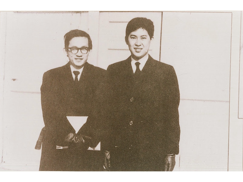 <p>赴美愛奧華大學英文系創作班就讀,獲得藝術碩士學位,留美期間曾在華府唐人街中國餐館打工。</p> <p>&nbsp;</p> <p>(註:照片藏於國立臺灣大學圖書館;1964年於愛荷華大學校園,與白先勇)</p>